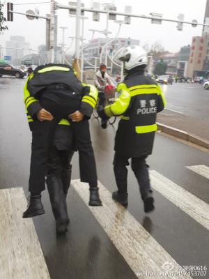 ■交警背起晕倒的高小栋。(赵女士供图)
