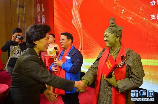 河北省委常委、宣传部部长田向利为感动人物颁发奖杯和证书