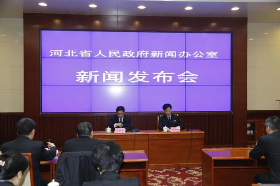 图为河北省人民政府新闻办公室新闻发布会现场。河北省食品药品监督管理局新闻发言人师振军在会上发言。