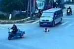孩子从车上被甩出 好心人相救并追回粗心妈妈