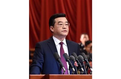 张庆伟作政府工作报告。记者 赵 威 孟宇光摄