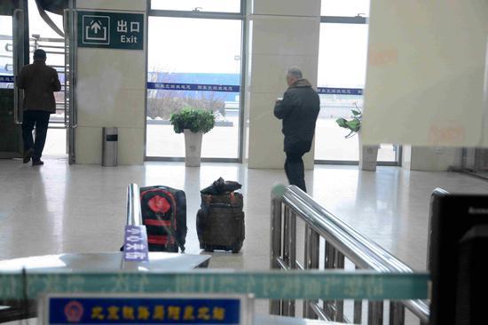旅客将行李遗忘在售票处 胡文超摄