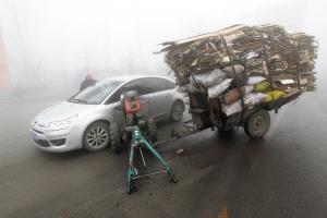 昨日,在省会红旗南大街与S033省道路口,一辆农用车与一辆轿车相撞。 本报记者 张海强 摄