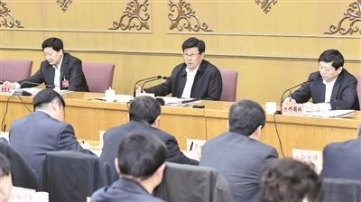 1月10日,省委书记赵克志到省十二届人大五次会议石家庄代表团,同代表们一同审议政府工作报告和大会文件。 记者 赵威 郭昭摄