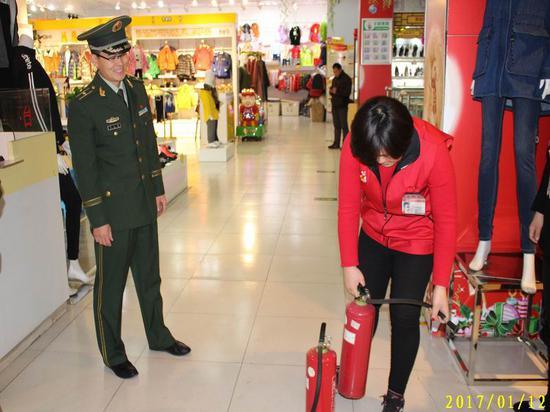 石家庄市公安消防支队矿区大队宣传人员深入建华超市发放宣传单页。