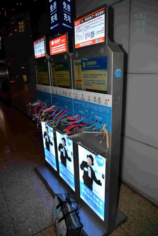 手机充电站无人看管的行李和手机