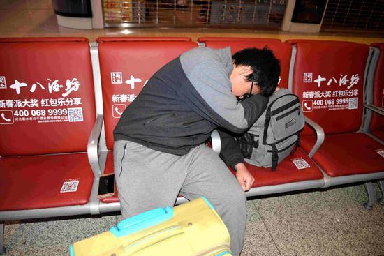 旅客熟睡不知手机掉落在座椅上