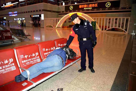 民警提醒熟睡旅客