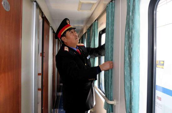 乘务员张志每在整理车厢卫生