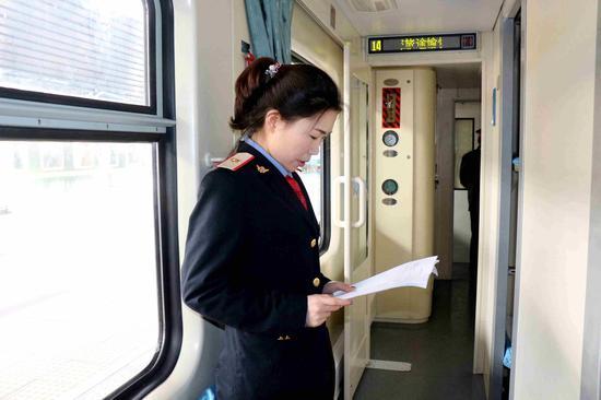 广播员李雅在发车前准备需要广播的内容