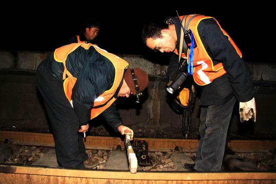 图为该段组织职工利用春运首日凌晨天窗点对石家庄站设备进行整修。