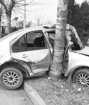 ■靳先生施救的事故车辆。