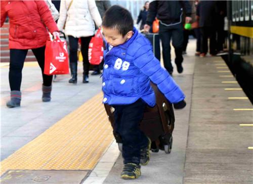 """邯郸机务段值乘的K5211次旅客列车 娃娃们的""""无忧旅途""""。"""