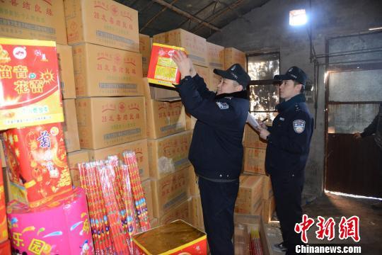 唐山丰南警方在辖区一大棚内发现私藏的烟花爆竹。 唐山公安供图