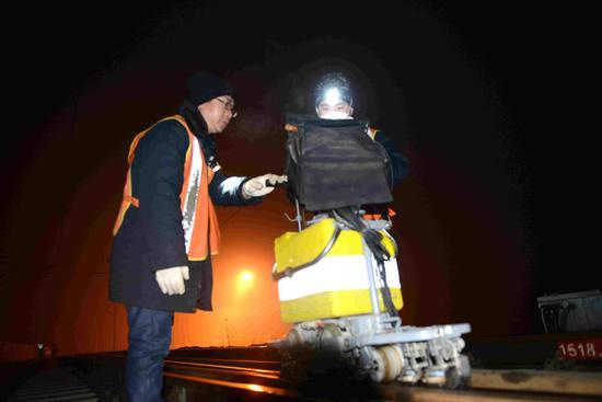 保定工务段探伤车间职工利用天窗检查钢轨状态。
