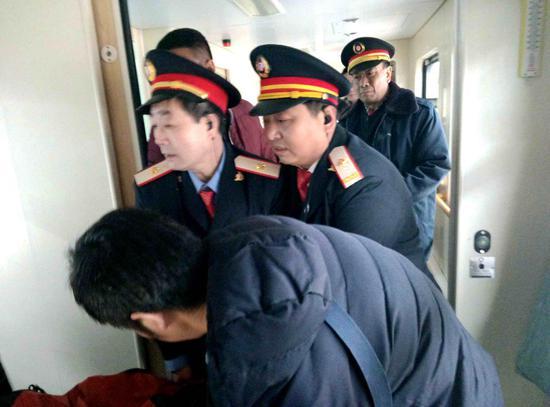 列车工作人员帮助重点旅客上车