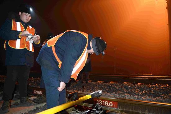 保定工务段线路车间职工检查线路的技术状态,及时发现设备超限处所,确保春运安全。