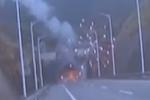 """小轿车意外撞车起火 隧道里上演""""烟花秀"""""""