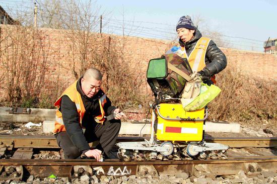 该段探伤人员对钢轨进行复检。