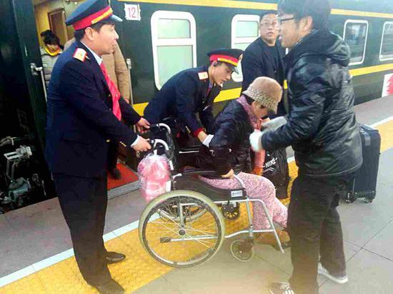 邯郸工务段春运途中帮扶重点旅客