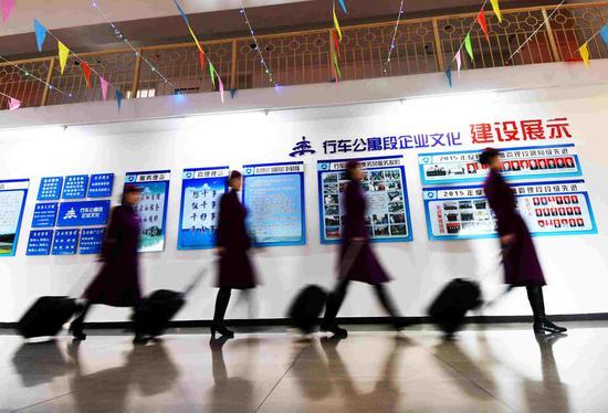 1月19日,列车乘务人员在公寓调整休息后,精神饱满地列队值乘上岗。