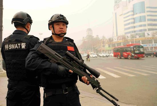 特警队员在中兴路等商业区执勤