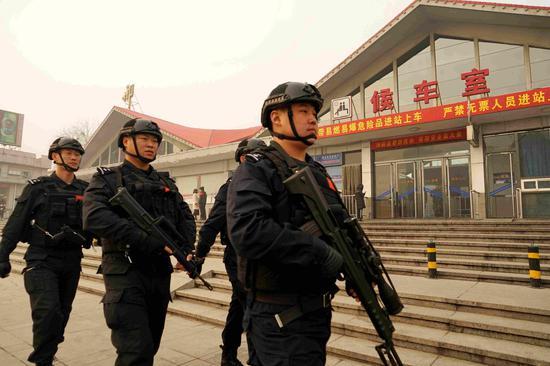 特警队员在火车站执勤
