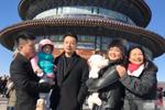 汪小菲带儿女游天坛 妈妈与丈母娘亲密