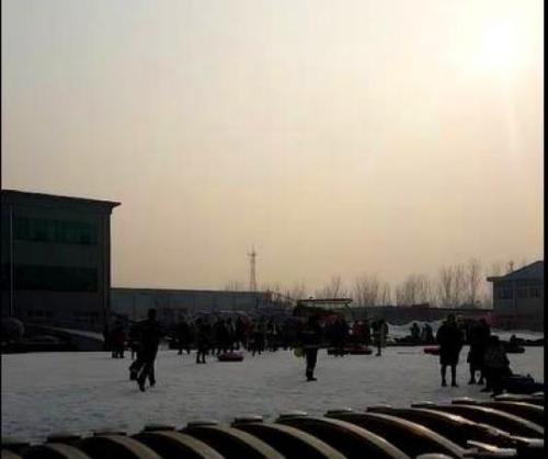 三昌滑雪场的坍塌现场。现场游客拍摄