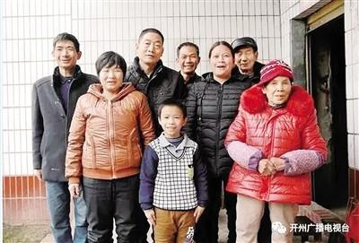 公式王晓燕和重庆老家的亲人在一起。受访者供图