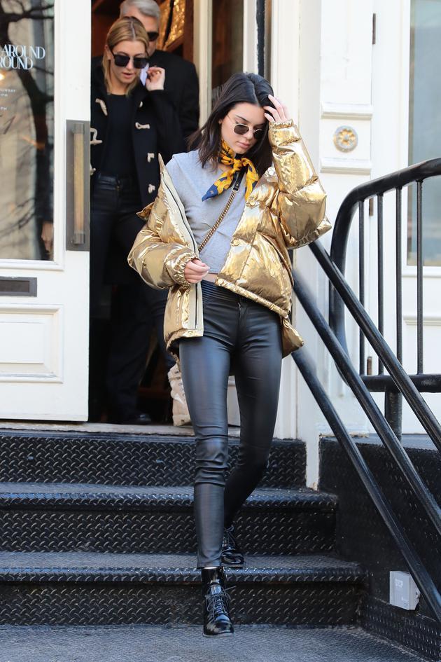 Kendall Jenner身着PORTS 1961金色羽绒服现身纽约街头