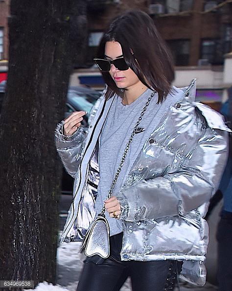 Kendall Jenner身着PORST 1961银色羽绒服