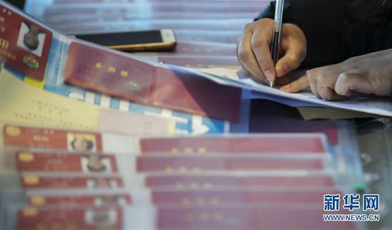 一位抵达驻地北京昆泰酒店的政协委员在填写表格。