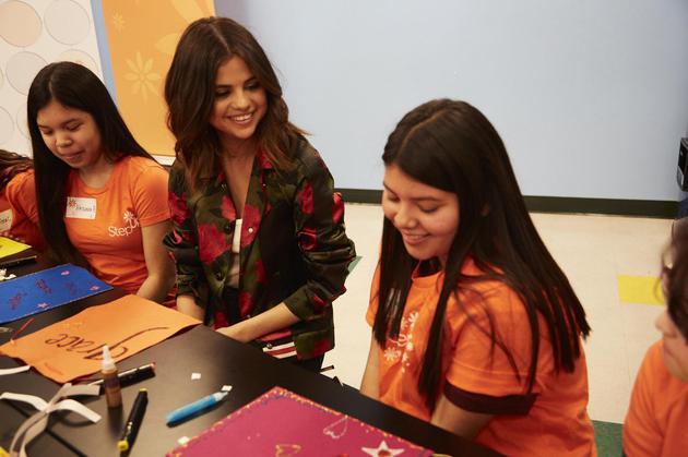 COACH携手Selena Gomez特别访问洛杉矶高中