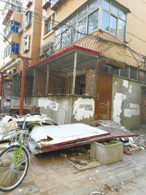 ■尖岭小区一楼业主在阳台位置建小房。   本报记者 丛俊儒 摄