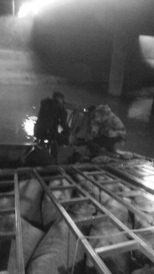 5名保安撬车门救人。 保安供图