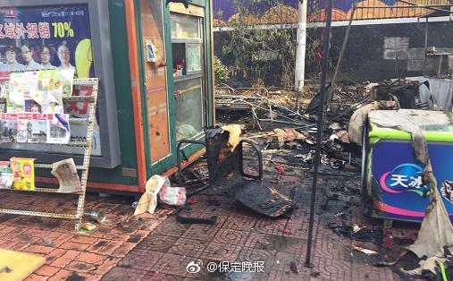 朝阳大街与盛兴西路交叉口突然一声爆响,路边一台变压器起火伴随着图片
