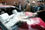 水泥罐车司机因停车斗气拿铁锹砸私家车获刑6个月