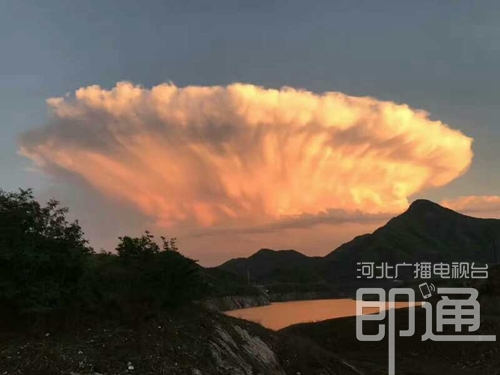"""降雨過后,位于秦皇島市北部山區的青龍滿族自治縣天空呈現""""巨云""""景觀."""