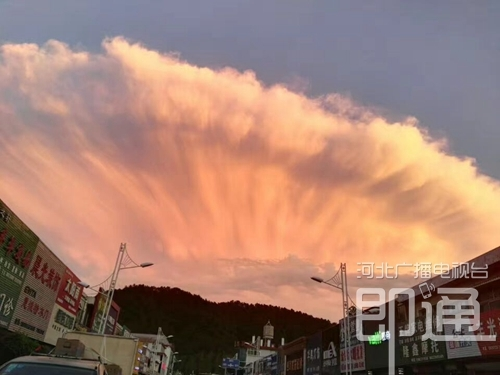 """秦皇岛雨后现""""巨云"""" 如同腾起蘑菇云"""