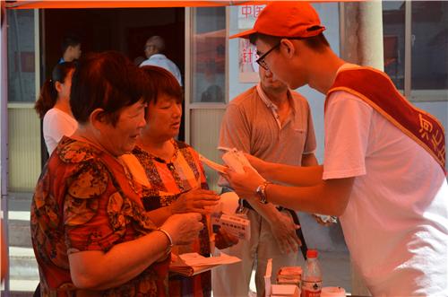 河北中医学院专家还运用针灸、推拿、贴耳穴等中医诊疗方法现场施治。