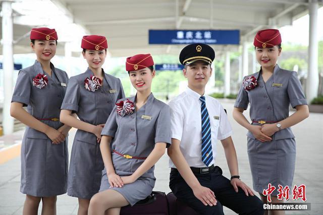 铁路新制服亮相以灰为主色调 夏季分裙装和裤装