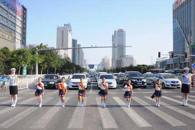 河北交警推等灯舞:红灯女民警与孩子斑马线跳舞