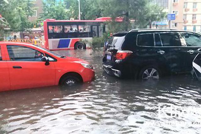 石家庄大雨致部分路段压车断交 水漫过半个车轮