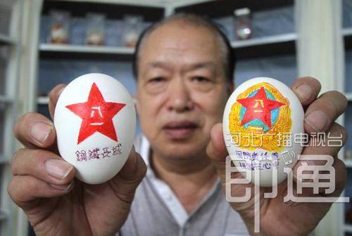 71岁老兵制作蛋雕迎八一