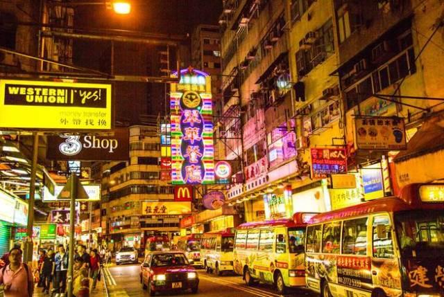 庙街,古老的街道与热闹的夜市。