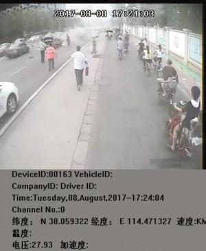 奔向起火的出租车救火。(图片为车载记录仪视频截图)