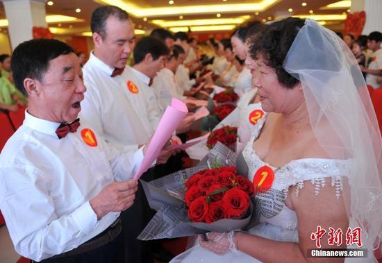 河北51对老夫老妻同走红地毯 圆婚纱梦