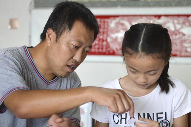 河北南宫:学习剪纸过暑假