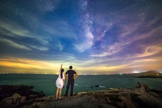 摄影师拍到英仙座流星雨梦幻瞬间